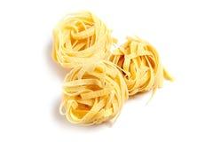 Pasta italiana di tagliatelle isolata su fondo bianco Immagini Stock