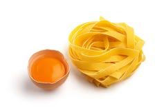 Pasta italiana e mezzo uovo Fotografia Stock Libera da Diritti