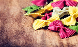Pasta italiana fresca fresca sulla vecchia tavola di legno d'annata Arco crudo t Fotografie Stock Libere da Diritti