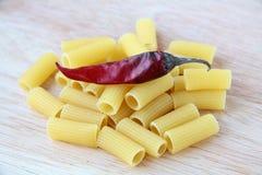 Pasta italiana su una scheda di legno Fotografie Stock Libere da Diritti