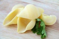 Pasta italiana su una scheda di legno Fotografia Stock