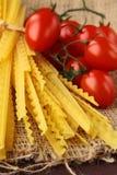 Pasta italiana su una scheda di legno Immagine Stock