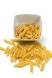 Pasta italiana in una ciotola della porcellana su fondo bianco Immagini Stock