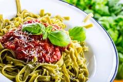 Pasta Italiensk och medelhavs- kokkonst PastaFettuccine med basilika för tomatsås lämnar vitlök- och parmesanost Ett gammalt hem Royaltyfri Bild