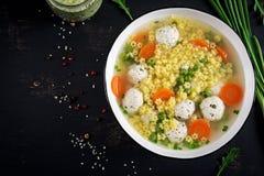 Pasta libera minestra della polpetta e del glutine italiani di Stelline in ciotola sulla tavola nera fotografia stock