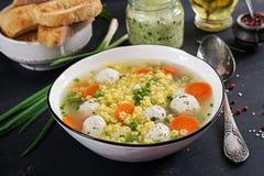 Pasta libera minestra della polpetta e del glutine italiani di Stelline in ciotola sulla tavola nera immagini stock