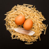 Pasta med ägg på svart bakgrund Fotografering för Bildbyråer