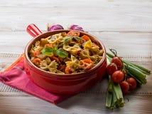Pasta med aubergine och pachino Arkivfoto