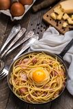Pasta med bacon, ägget och ost Royaltyfri Bild