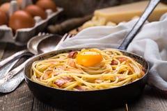 Pasta med bacon, ägget och ost Royaltyfria Bilder