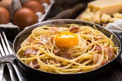 Pasta med bacon, ägget och ost Arkivbild