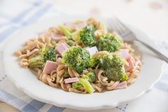 Pasta med brokkoli och skinka Royaltyfri Foto