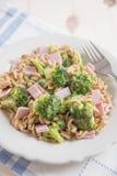 Pasta med brokkoli och skinka Arkivfoto
