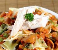 Pasta med den champinjonsås och fisken Arkivfoto