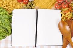 Pasta med den tomma den receptboken och skärbrädan Royaltyfria Foton