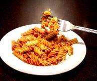 Pasta med en smaklig tomatsås Arkivfoton