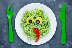 Pasta med grön grönsakpesto formade det sunda gulliga monstret - Royaltyfria Bilder