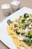 Pasta med höna- och broccolimaträtten Royaltyfri Foto