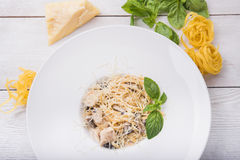Pasta med höna och champinjoner Royaltyfri Fotografi