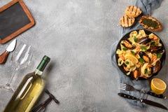 Pasta med havs- och vitt vin p? stentabellen Musslor och r?kor arkivbilder