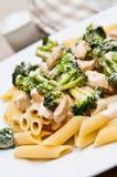 Pasta med höna- och broccolimaträtten Arkivfoto