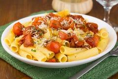 Pasta med körsbärsröda tomater Fotografering för Bildbyråer