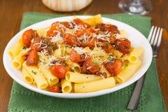 Pasta med körsbärsröda tomater Arkivfoto