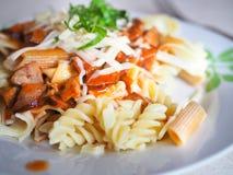 Pasta med kött, ost, tomatsås och basilika Royaltyfri Foto
