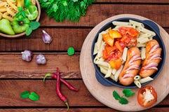 Pasta med korvar och lecho lantligt trä för bakgrund Selektivt fokusera Top beskådar royaltyfri foto
