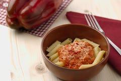 Pasta med kräm-, parmesan-, tomat- och chilipeppar för röd peppar royaltyfria bilder