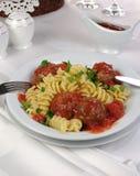 Pasta med köttbullar i tomatsås Fotografering för Bildbyråer