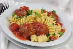 Pasta med köttbullar i tomatsås Arkivbild