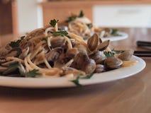 Pasta med musslaspagettialle Vongole royaltyfri fotografi