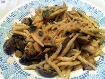 Pasta med musslor och aubergine Arkivbild