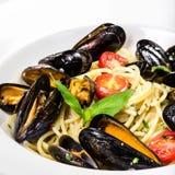 Pasta med musslor och basilika för en smaklig havsmat Royaltyfria Foton