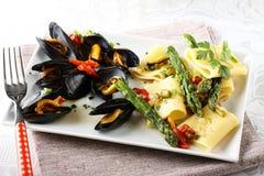Pasta med musslor och sparris Arkivbild