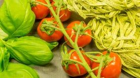 Pasta med ny röd tomater och basilika royaltyfria bilder