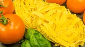 Pasta med ny röd tomater och basilika arkivbilder