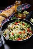 Pasta med oliv och tomater Arkivfoto