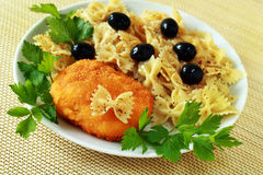 Pasta med olivgrön och hönakotletten Royaltyfri Bild