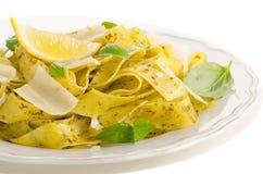Pasta med pesto-, citron-, basilika- och parmesanost arkivfoton