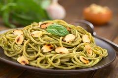 Pasta med Pesto och mandlar Fotografering för Bildbyråer