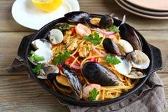 Pasta med skaldjur i en panna Royaltyfria Bilder