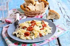 Pasta med solen torkade tomater, ost och timjan Royaltyfri Fotografi
