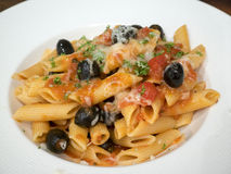 Pasta med tomaten och olivsås och parmesan Royaltyfria Foton
