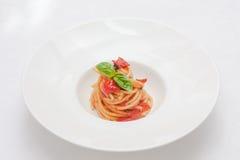 Pasta med tomater och basilika Arkivbild