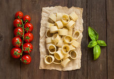 Pasta med tomater och basilika Royaltyfri Fotografi
