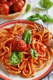 Pasta med tomatsås och köttbullar royaltyfri bild