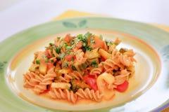 Pasta med zucchinin, tomater och peppar Arkivfoton