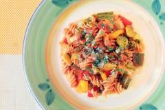 Pasta med zucchinin, tomater och peppar Arkivbild